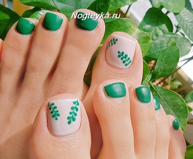 Зеленый педикюр